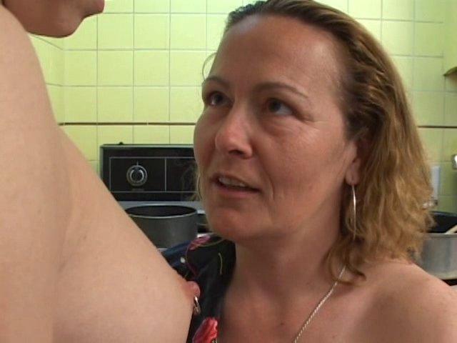 Une vieille salope initiée par sa nièce au sexe lesbien