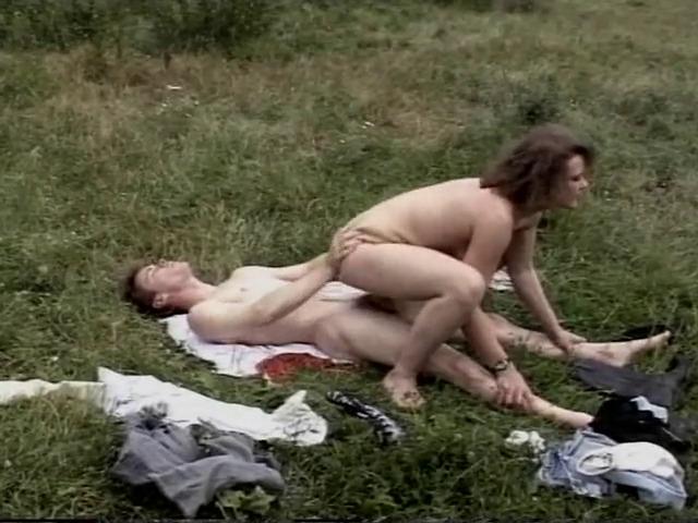 Un couple amateur baise dans le champ du voisin