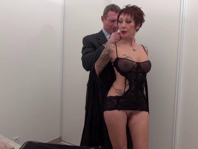 Catalya une mature Française qui aime la baise avec les bureaucrate