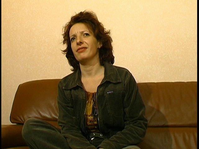 Une mère au foyer Française à la chatte poilue se fait sodomiser