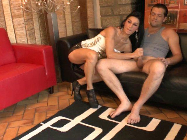 Sodomie hard pour l'amatrice Française linda qui repart avec le trou du cul dilaté